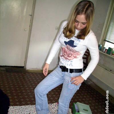 Чувствуя, как энергетика и наслаждение разливается по всему телу, Катя пританцовывала на битых стеклах, любуясь собой, голыми ступнями на фоне стекляшек...