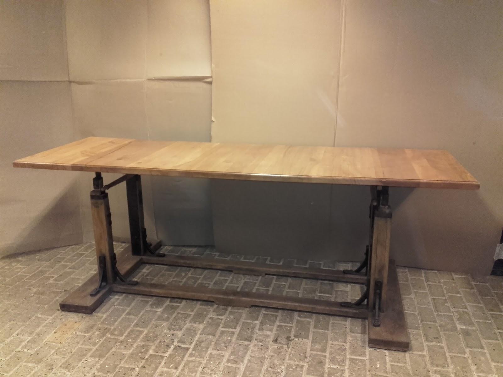In hoogte verstelbare tafel gemaakt van antieke gymnastiekbrug