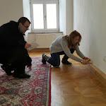 Mészáros Tibor, a Petőfi Irodalmi Múzeum dolgozója és Ötvös Anna, kassai Márai szakértő a megvásárolt lakásban
