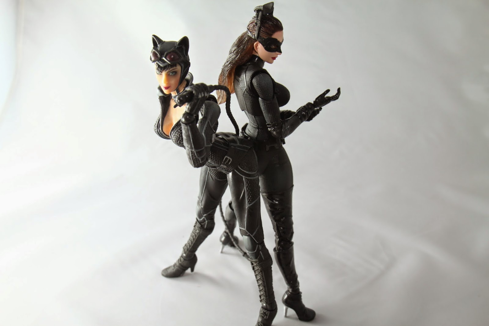 跟前一款貓女比 身高大概矮了一些 身形較為纖細 但是頭真的很大!還有屁股也是! 前一款屏除我買到的塗裝有點瑕疵外 整體評價我會給得比這款高