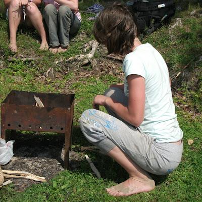 Закаленные ноги этой девчонки за лето прошли около 100 километров босиком...