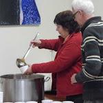 Katona Ilona és kollégája a káposztalevest mérik ki