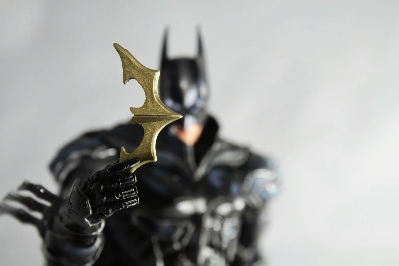蝙蝠標造型跟胸前的標誌一樣
