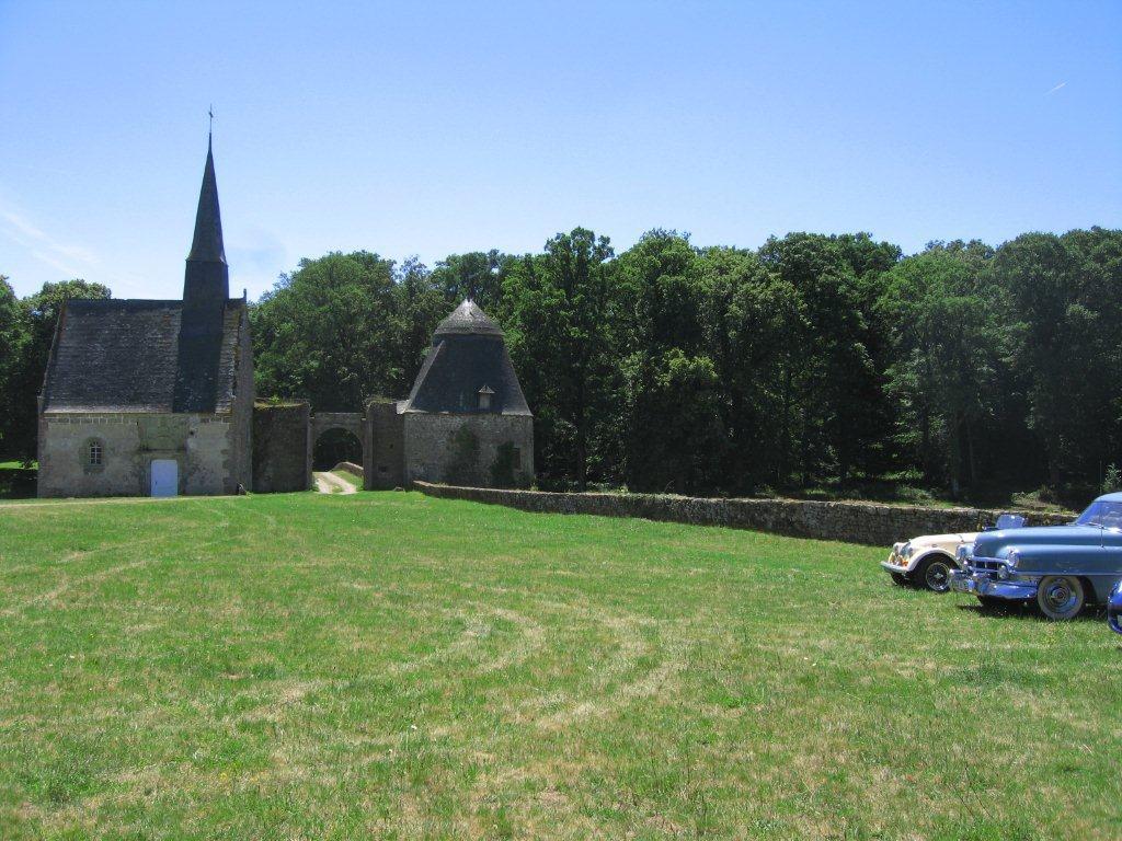 Rassemblement de voitures anciennes au château de Bourgon