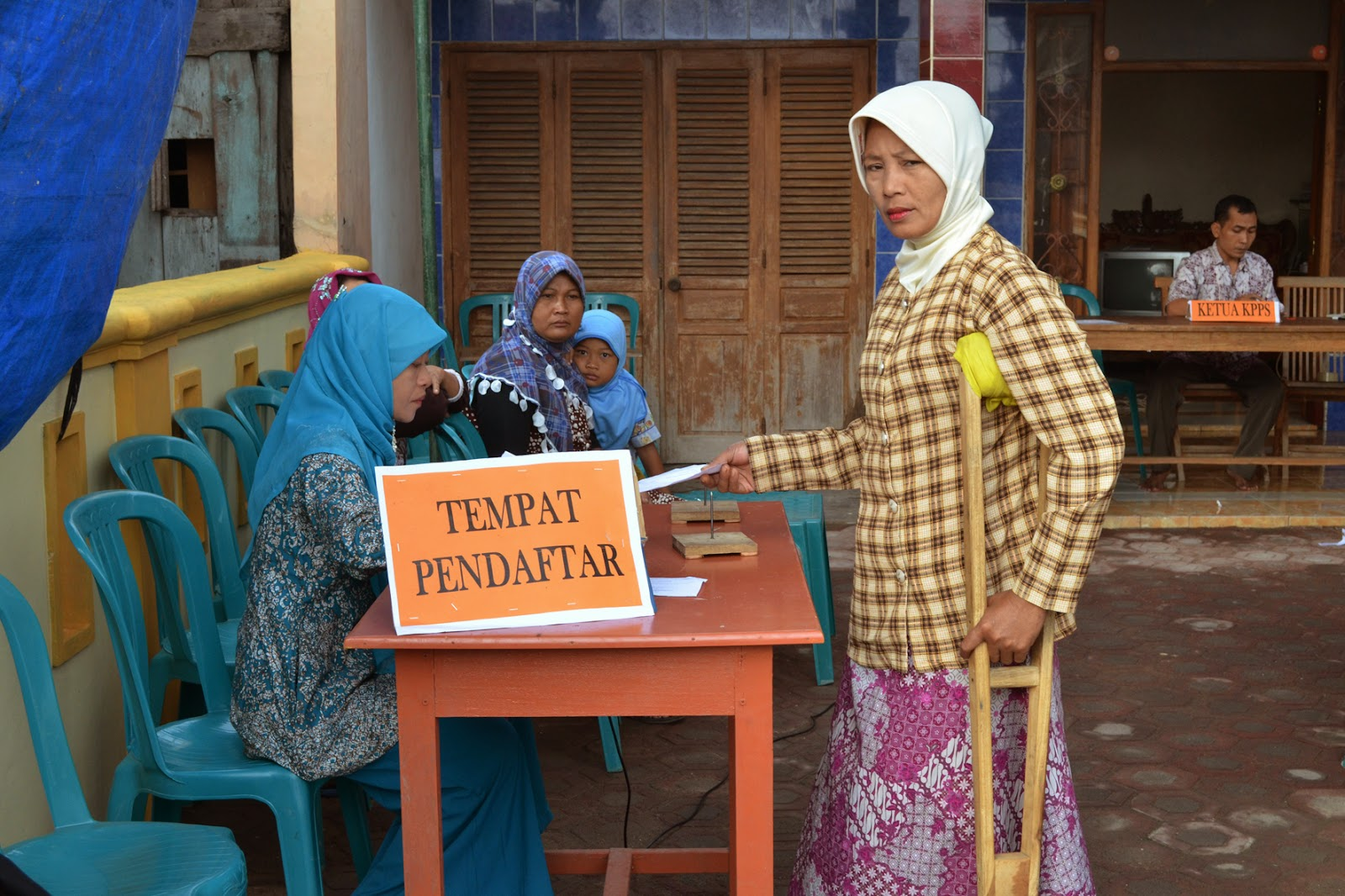 Phisicaly impaired viter is reistaring to vote in Central Java