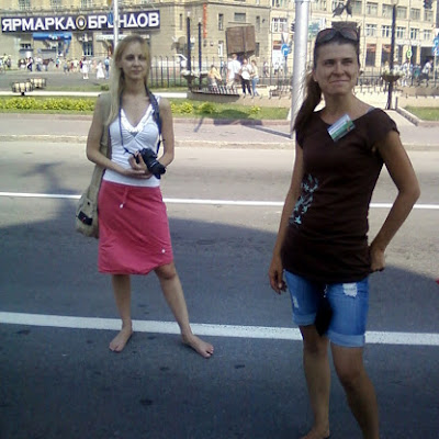 Началась традиционная экскурсия по историческому центру города (пешеходная). Для всех, кто идет на нее босиком, она бесплатна! На фото модель Студии Дарья Миронова и Катерина Чугунова