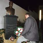 Feke Ferenc (MKP) elhelyezi az emlékezés virágait