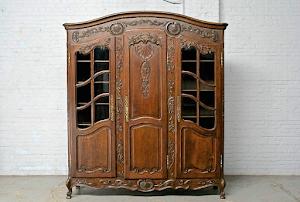 Антикварный шкаф 19-й век.