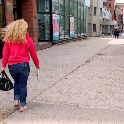"""От фотографа: """"Модель казалась мне девушкой изнеженной и гламурной. Тем более, такие женственные, мягкие, округлые ступни... Но этом фото она спокойно идет по искрошенному, торчащему каменными иголками, асфальту Вокзальной магистрали... Потрясающе. Настоящая """"боевая подруга""""!"""