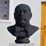Gáti Gábor alkotása a szklabonyai Mikszáth Kálmán Emlékház előtt
