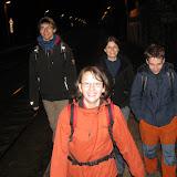 Účastníky blížící se 25km noční pochod nabíjel energií ještě před svým započetím - zde na nádraží ve Všenorech