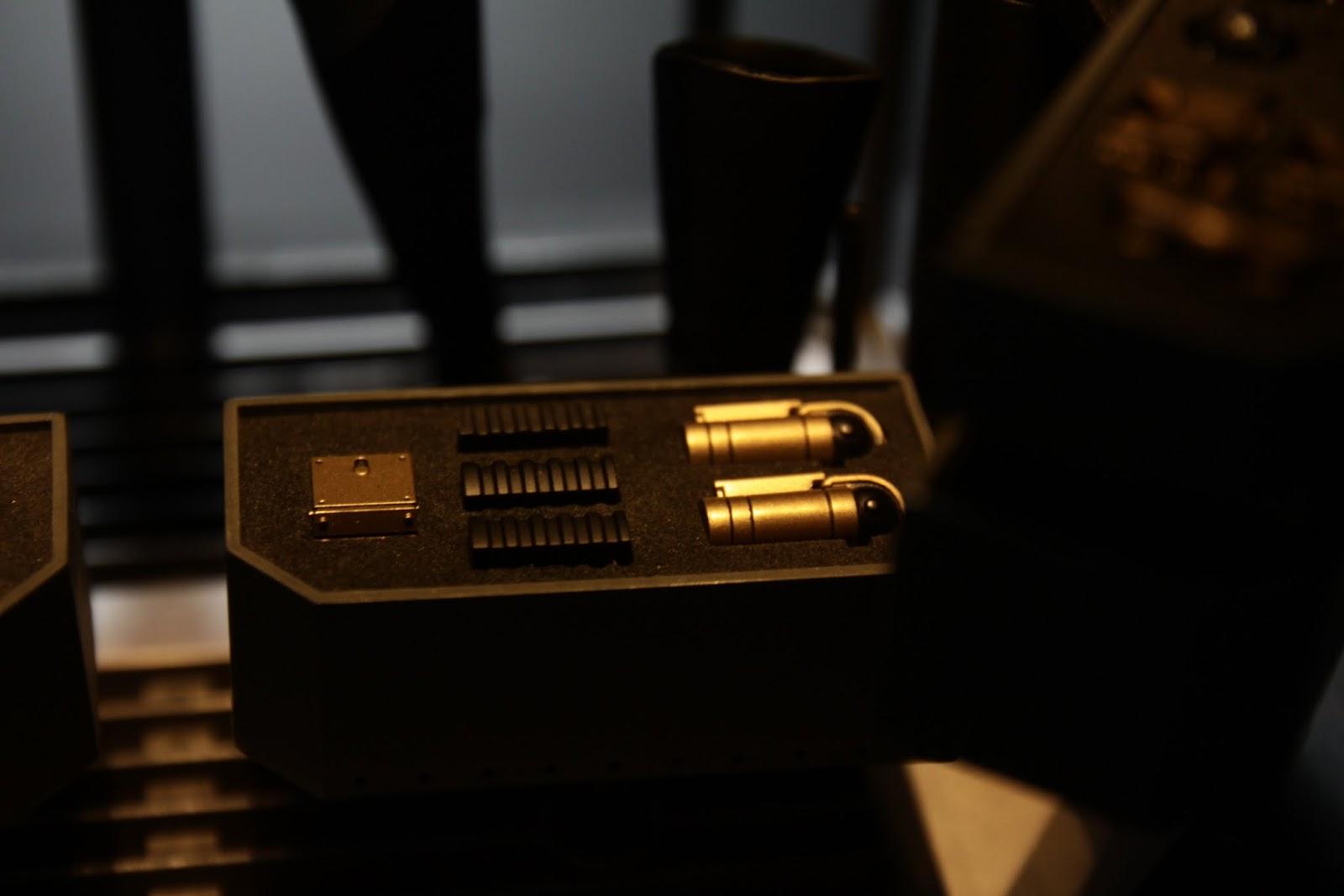 另一邊則是放煙霧彈及拋繩槍的彈匣