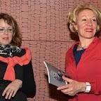 Remise d'un prix par la libraire Simone Zurbrügg (g.):
