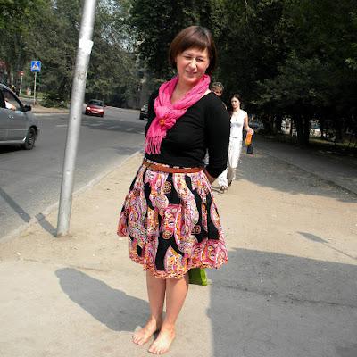 И вот Юлия уже на остановке автобуса - едет на фестиваль!