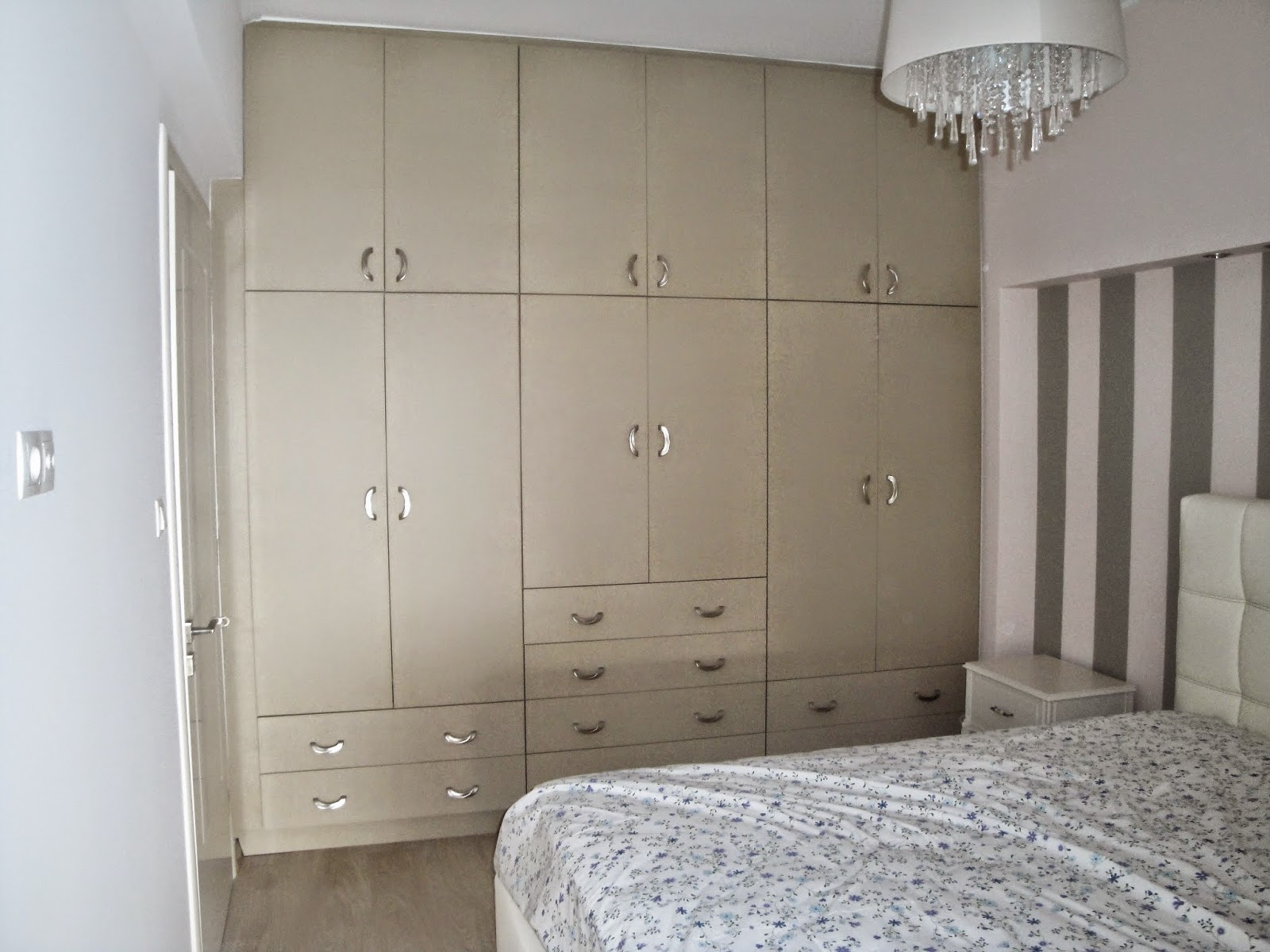 (Κωδ 4002) Μεγάλη ντουλάπα σε κρεβατοκάμαρα με πρόβλεψη χώρων για το ζευγάρι.