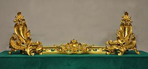 Перекладная дровница для камина  ок.1850 г. Резная, позолоченная бронза. 102/22/38 см.