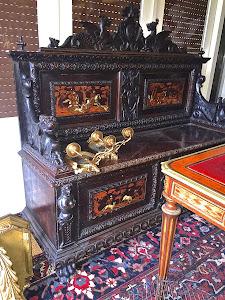 Антикварный диван с ценами охоты. 19-й век. 5000 евро.