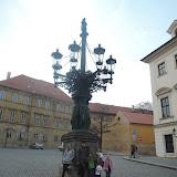Litinový kandelábr z roku 1868, spolu se stejným který je na Hradčanském náměstí jsou to jediné zachované osmiramenné kandelábry v Praze