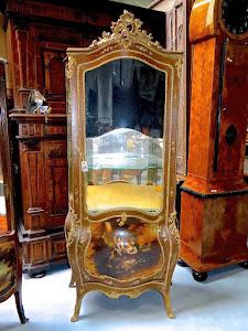 """Симпатичная """"пузатая"""" витрина с ручной росписью. 19-й век. Ручная роспись, золочёная бронза. 83/46/182 см. 4900 евро."""