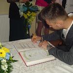 Priskin Tamás aláírja a kitüntető oklevelet.