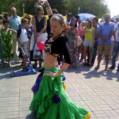 Свидетели говорят, что сам факт танцев босиком на раскаленной плиточной площадке (многие из зрителей не выдерживали, уходили в тень!) был потрясающим: девушки танцевали, несмотря ни на что, как на угольях!