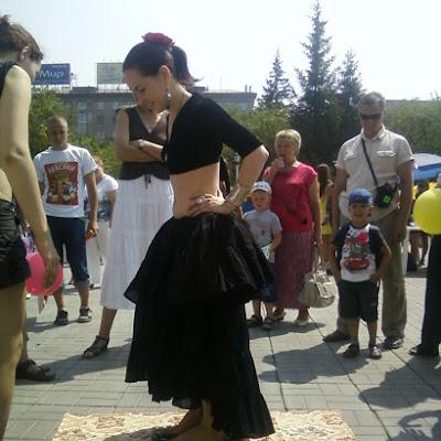 """На стеклах - танцовщицы """"Новосибирского Трайбл-дома"""" Евгении Акимовой."""
