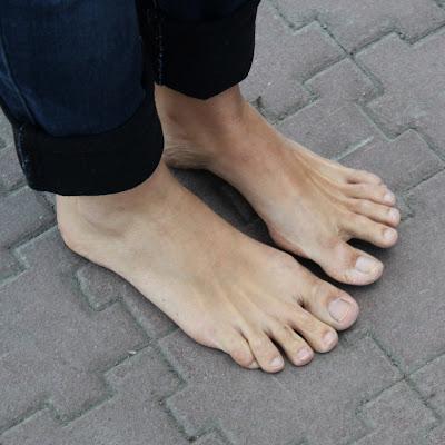 А это ступни Маши: девушка с детства ненавидела обувь и своих детей старается избавлять от нее по мере возможности!