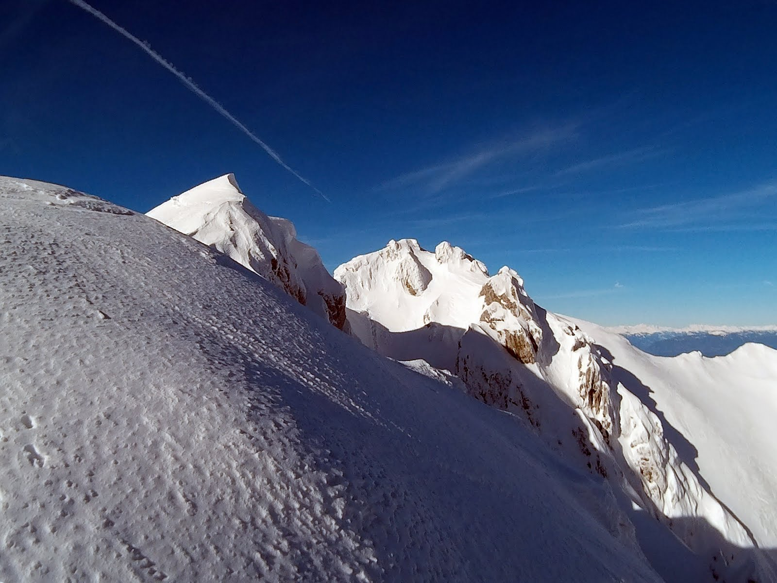 vrh Vrtače je iza onog drugog oblijeg vrha