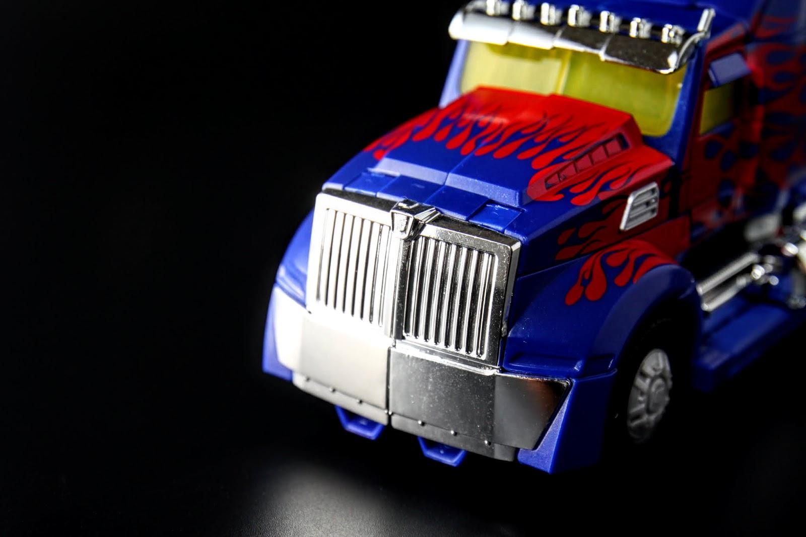 車頭的進氣孔整塊都是電鍍,好亮