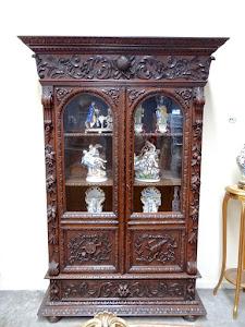 Красивый резной книжный шкаф с двумя дверками. 19-й век.