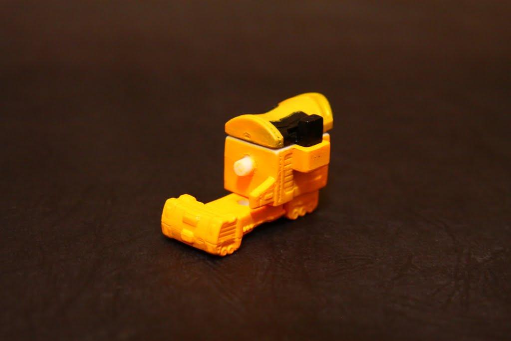 豪快拖車??! 我想應該是聯結車之類的 幾乎沒仔細看根本不知道這是啥 是豪快黃的座機 為左腳組件