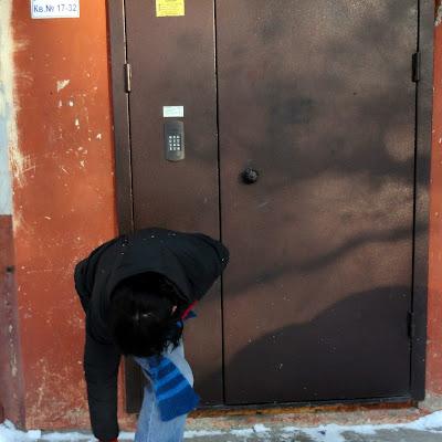 Ну вот... Фотограф отзвонился, что ждет у подъезда; отказываюсь от тапок, слетаю вниз по холодным ступеням и... начинаю подворачивать края джинсов!