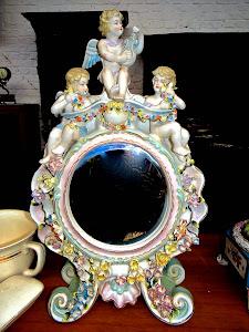 Настольное зеркало из фарфора. ок.1900 г. Высота 35 см. 900 евро.