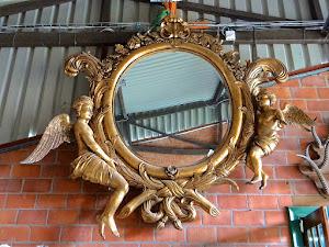 Большое настенное зеркало. ок.1800 г. Дерево, резьба, позолота. 280/280 см. 8900 евро.