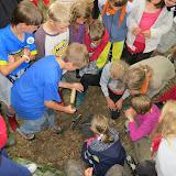 Nakonec na třetí pokus nacházíme správné místo a po chvíli místo, kde je zakopán poklad!