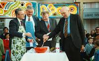 Inauguration 23 Jean Arthuis, Michel Doreau, le Sous-Préfet, Henri de Gastines préparent la pâte à crêpes 1994 Cossé