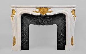 Элегантный каминный портал из светлого мрамора и позолоченной бронзы. 19-й век. 170/46/115 см.