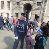 Od hradní stráže pak zjišťujeme odpověď na první úkol - totiž kolik strážců hlídá v budkách Pražský hrad (prý šest)