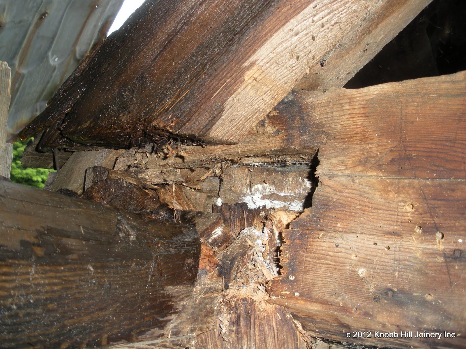 Detail of the damage to the plate and tie beam.