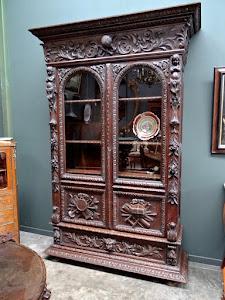 Красивый резной книжный шкаф с двумя дверками и выдвижным ящиком. 19-й век.