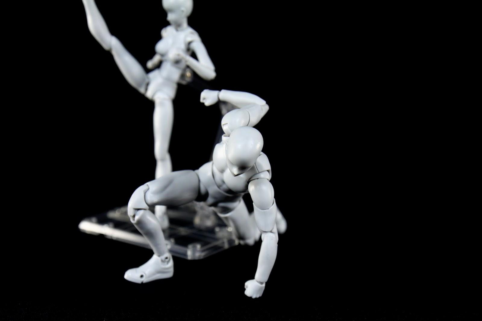 既然是素體,可動性當然還不錯, Superhero Landing輕易擺出但不夠標準