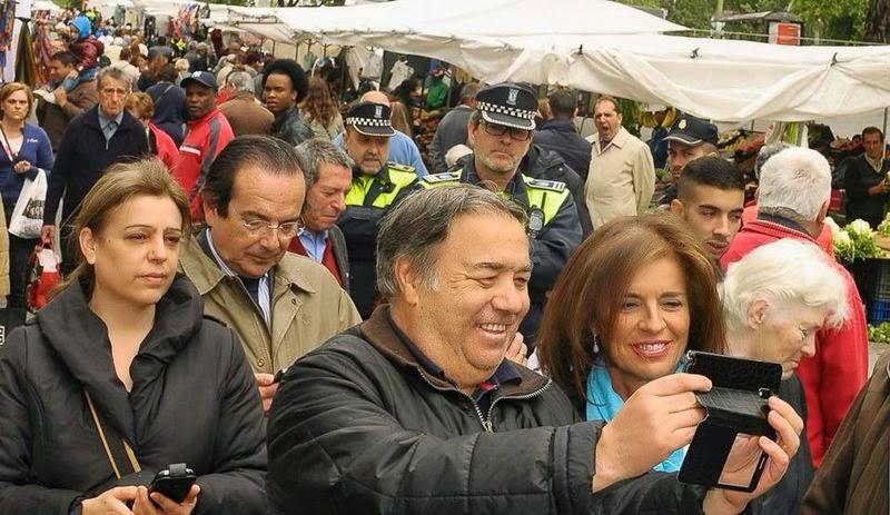 Ana Botella en el mercadillo de Villaverde