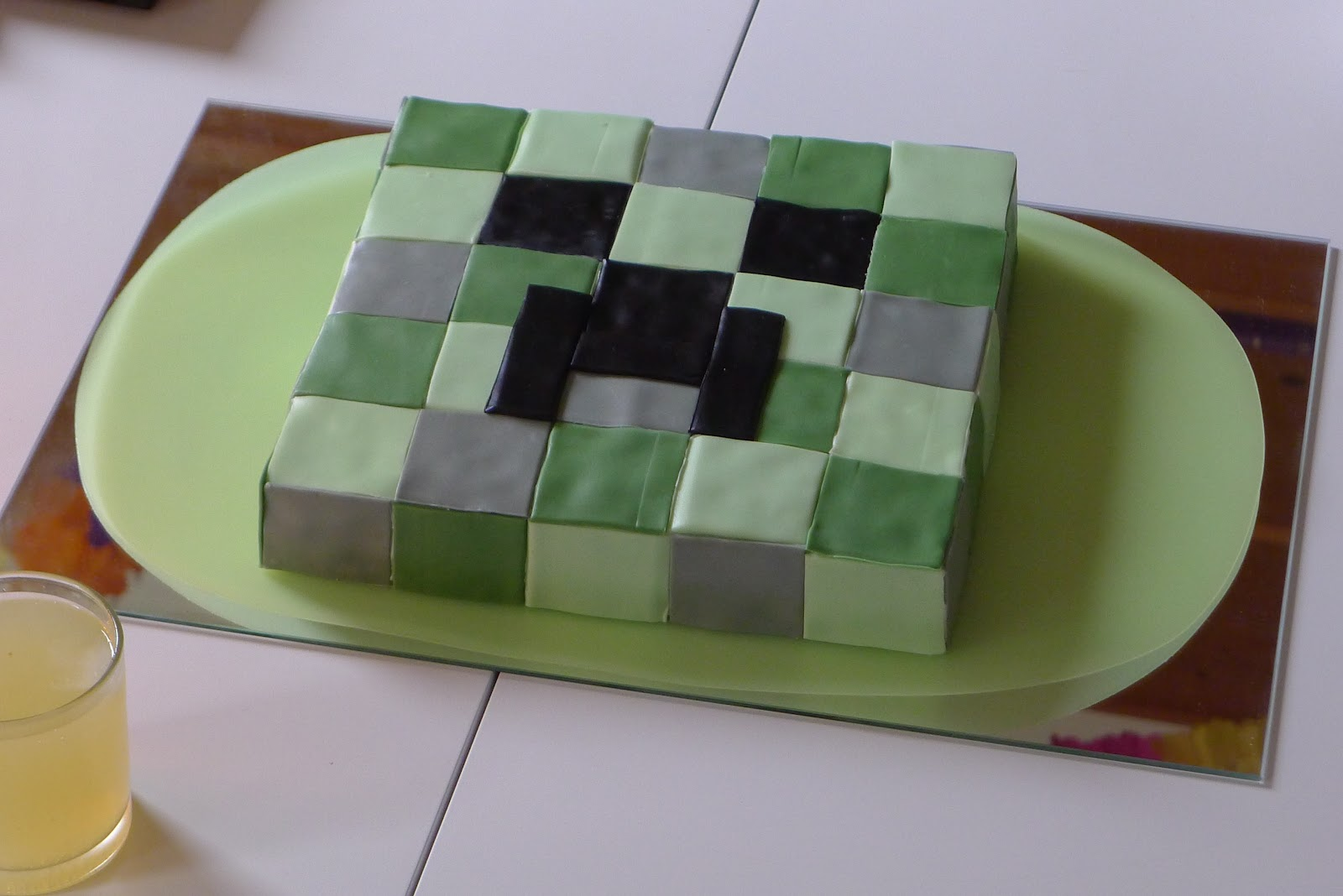 Daan's birthday cake: a Minecraft Creeper.