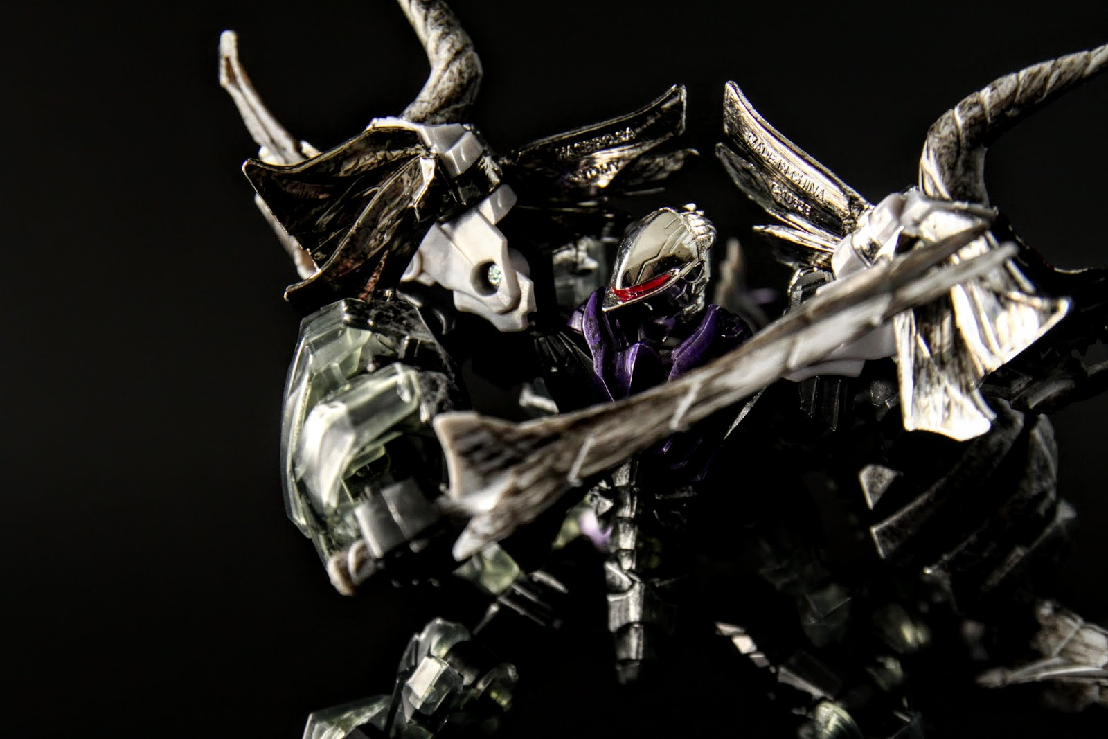 武器就是龍型態裝在兩側的~匕首?