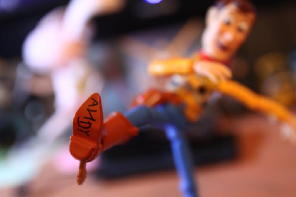 原作裡Andy都會把玩具寫上自己的名字, 連這點也忠實地呈現了~ 一定是迪士尼有施壓