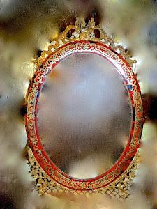 Большое настольное овальное зеркало в позолоченной раме в стиле Буль. 19-й век. Резная позолоченная бронза, красивая латунная инкрустация. 44/63 см. 1700 евро.