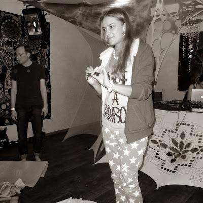 Босиком на битых стёклах - Алиса Юрганова, организатор вечеринки.
