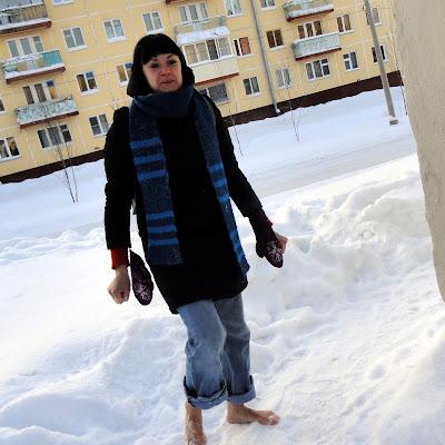 Оказывается, босиком зимой - это прикольно. Надо только отбежать подальше от дома и отрезать себе дорогу к отступлению...