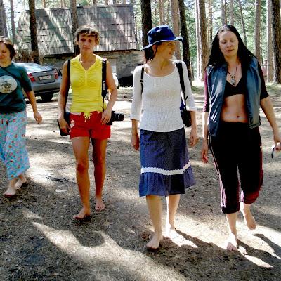 В поход босиком по самой чаще - леса, то есть шишкам, колючкам и крапиве отправились почти что одни женщины...
