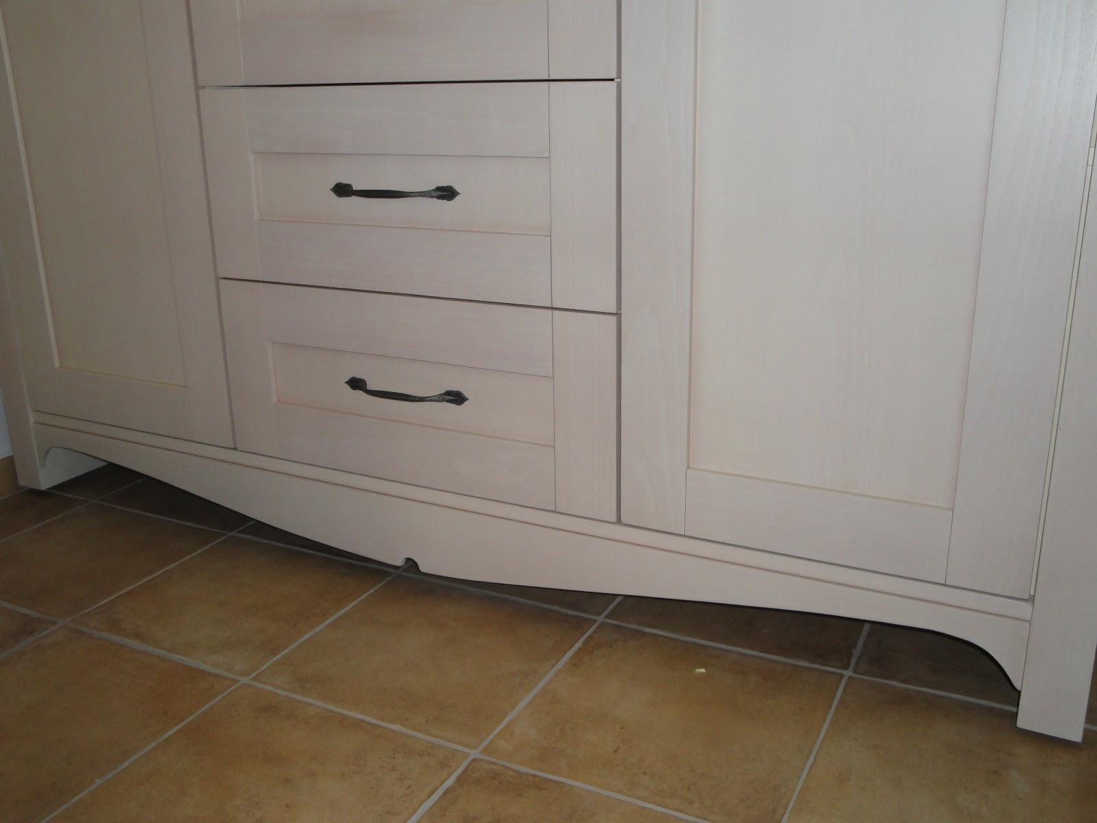 (Κωδ 4012) Λεπτομέρεια εργασίας στο κάτω μέρος της ντουλάπας.